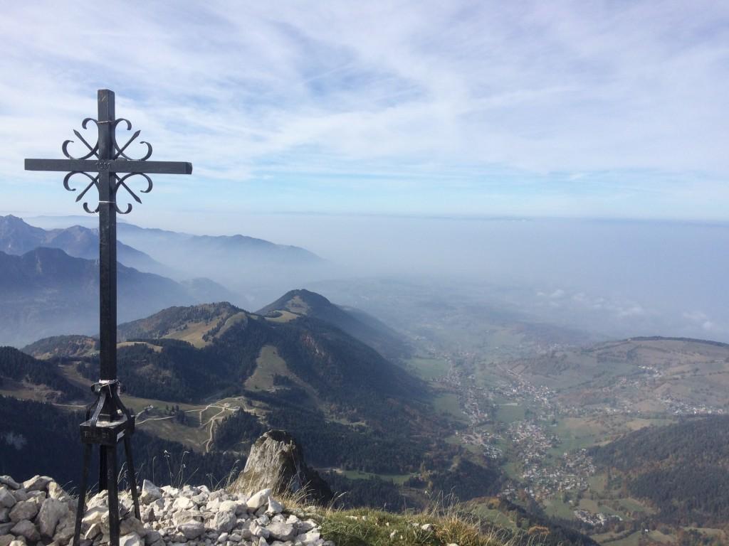 Départ de Bernex (la Fétiuère 1210 m), arrivée au sommet de la dent d'Oche 2222 m puis descente par le col de Planchamp 1996 m.