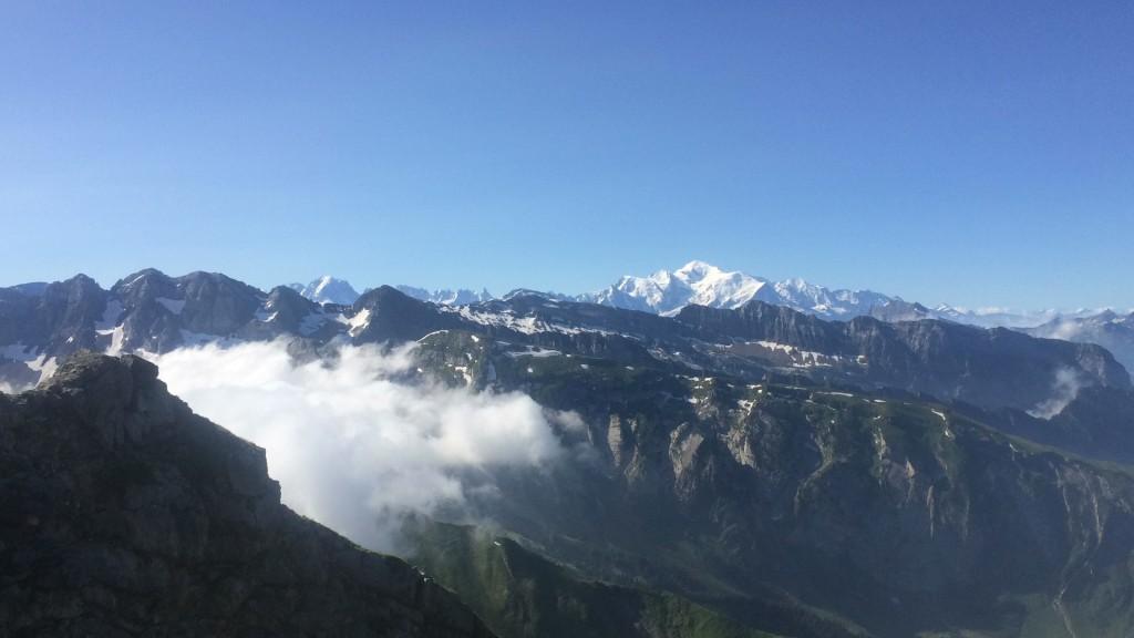 Du haut des Hauts Forts, 2466 m avec vue sur le Mont-Blanc. Randonnée de 1300 m de dénivelés pour garder la forme.