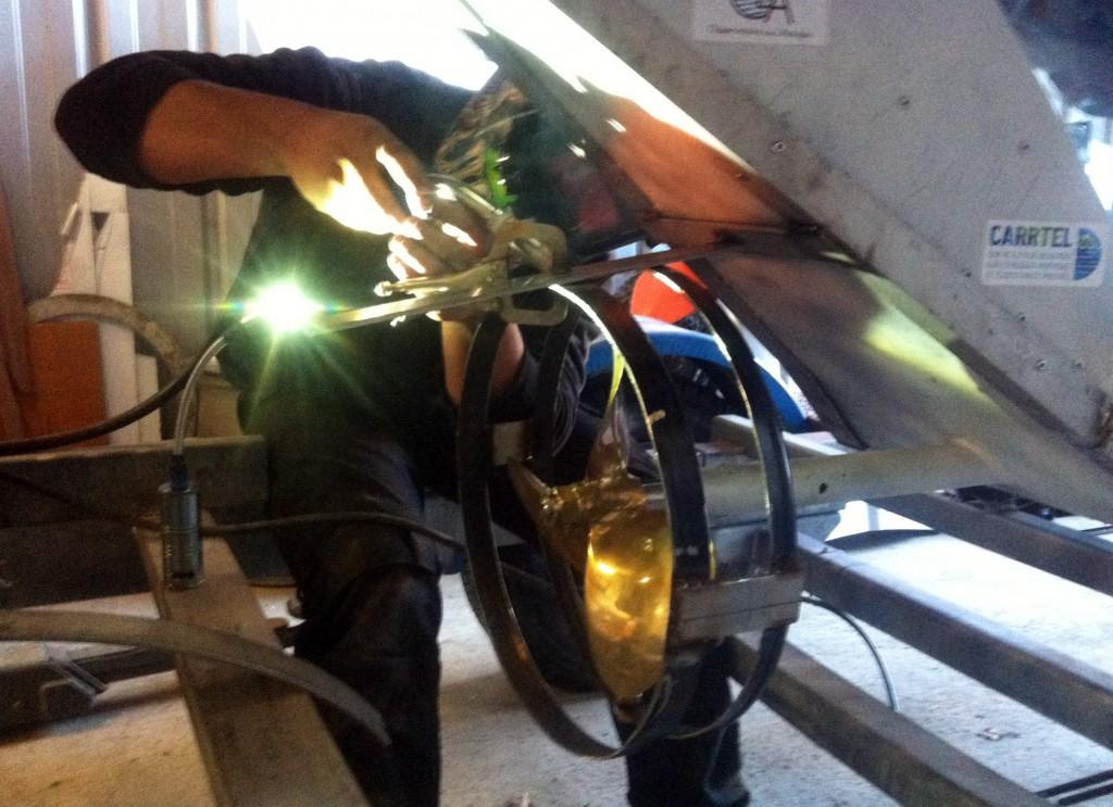 Dernières soudures de mon pote passionné et infatiguable Kevin Fremau pour fabriquer et installer le protège hélice. @ Champanges, Rhone-Alpes, France