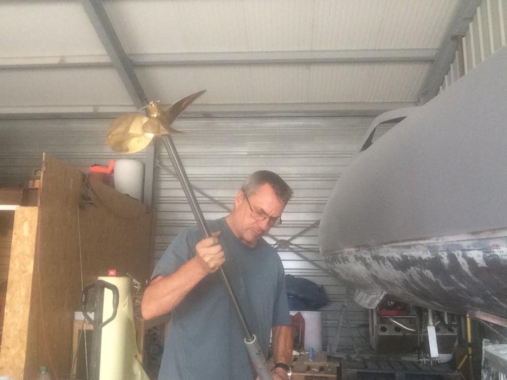 Mise en place de l'hélice et de la ligne d'arbre dans le tube étambot, avant l'installation sous la coque de My Way.