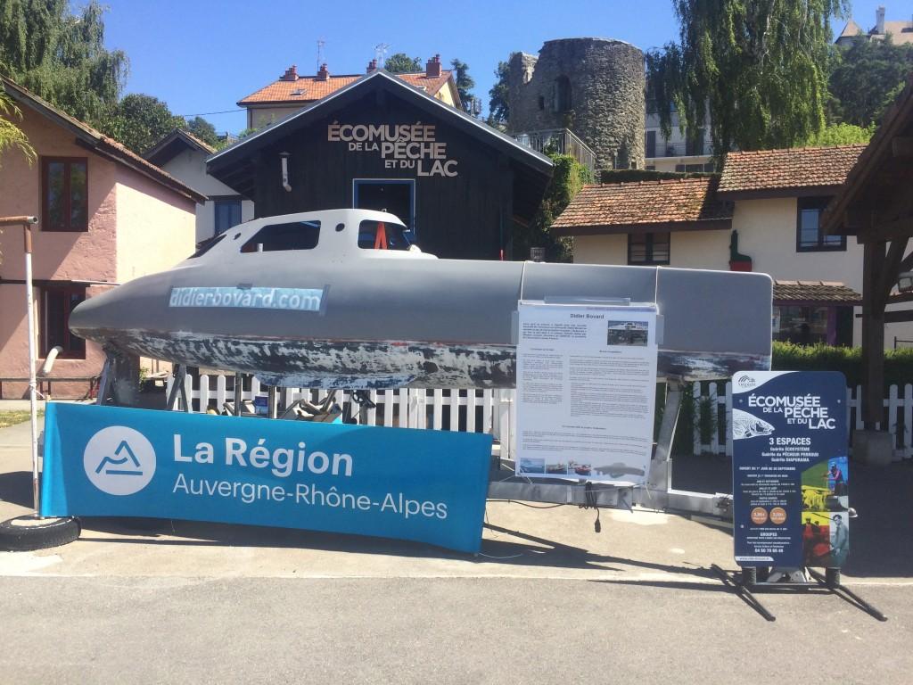My Way à l'éco-musée de la pêche et du lac avec la banderolle de la Région pour une nouvelle subvention.