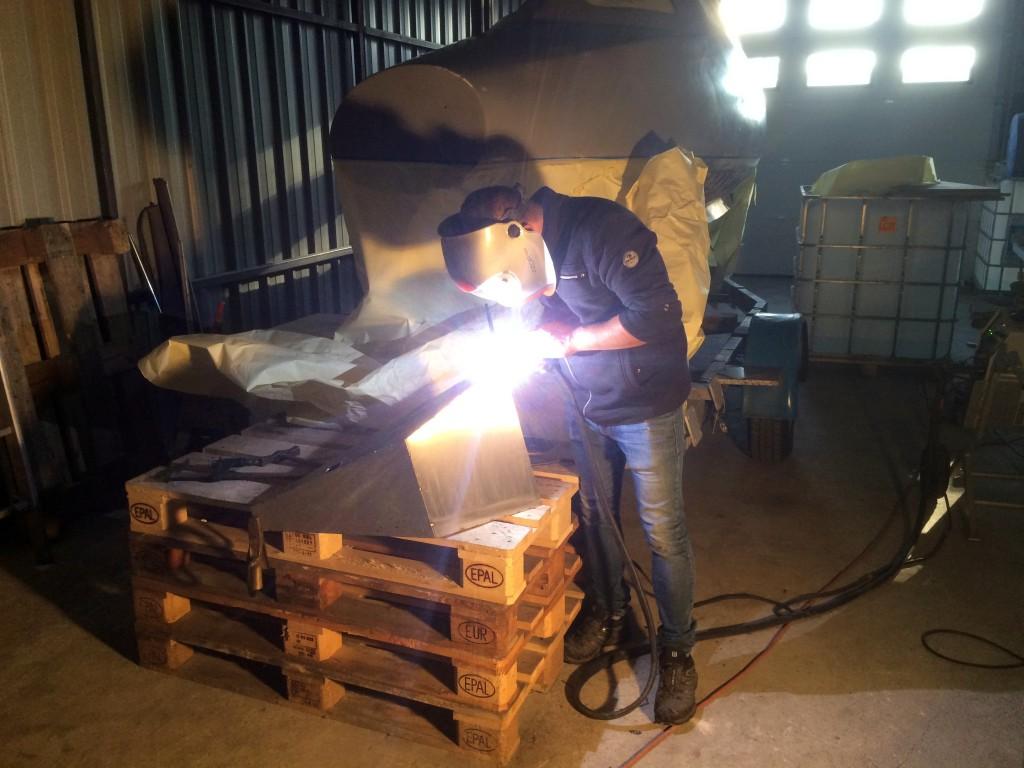 Sous les baguettes de David J. soudeur professionnel et doué, les dernières soudures de l'armature en inox sont faîtes, avec un nouveau caisson qui accueillera  encore une centaine de kilos de plomb et servira de dossier lors de mon pédalage.