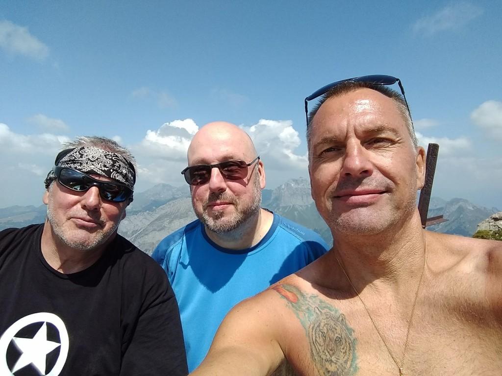 Les trois frères, de gauche à droite, Pascal, Franck, Didier, au sommet du Mont de Grange 2432 m, le 23/07/18.