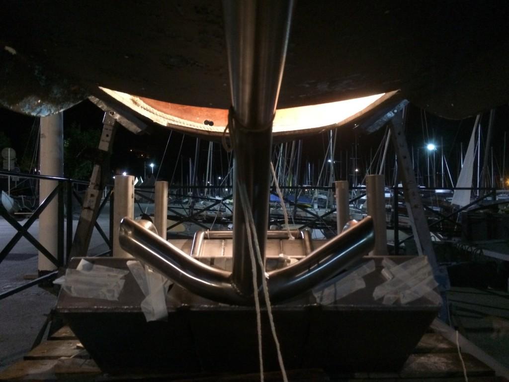 Caisson inox de la bulle et au dessus découpe dans le plancher du bateau.