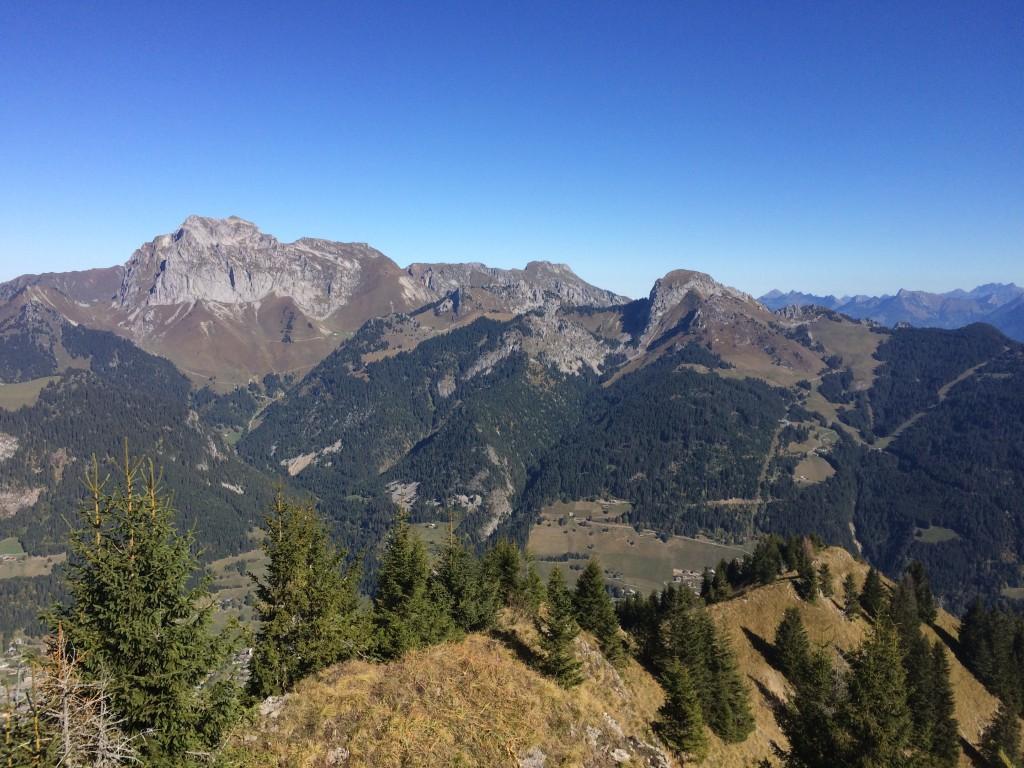 Départ de la Chapelle d'Abondance 1000 m, arrivée au Col de la Corne 2159 m, puis descente au pied du Mont de Grange. Observation : une martre, deux biches et une vingtaine de chamois.