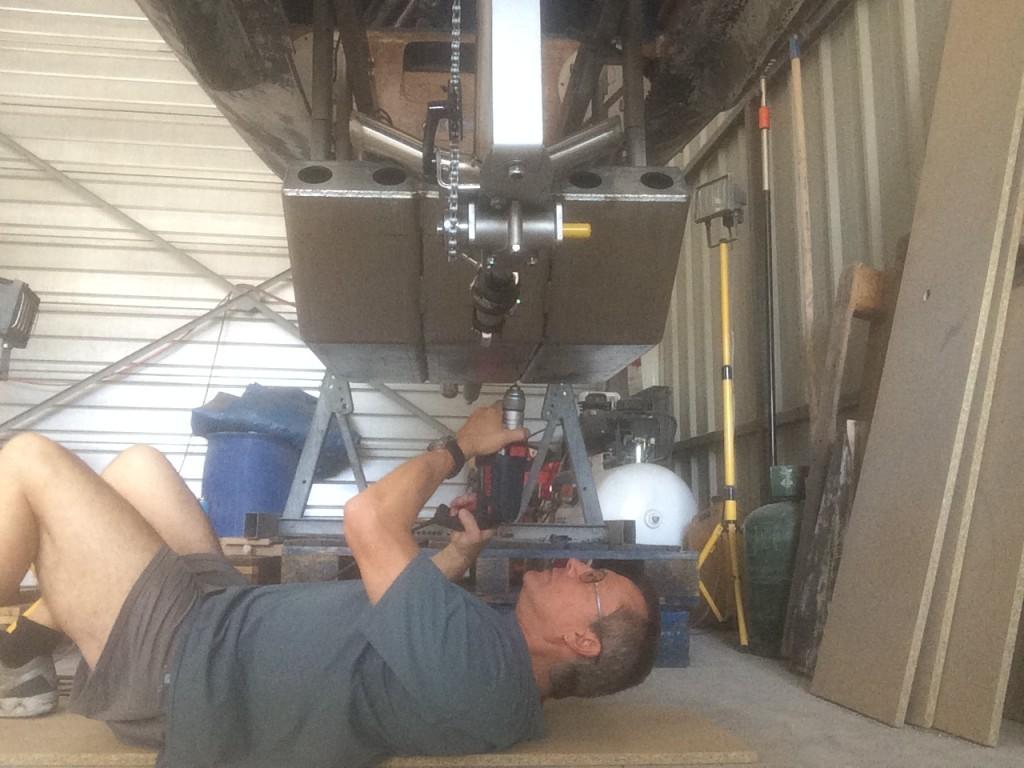 Perçage du caisson inox pour fixation de la bulle en polycarbonate par des rivets pop.