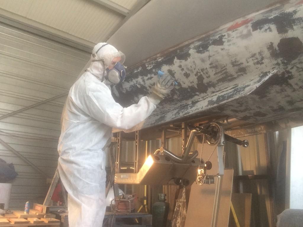 Malgré un camouflage pour éviter le contact avec la colle epoxy, deuxième allergie durant l'opération de la rénovation de la coque.