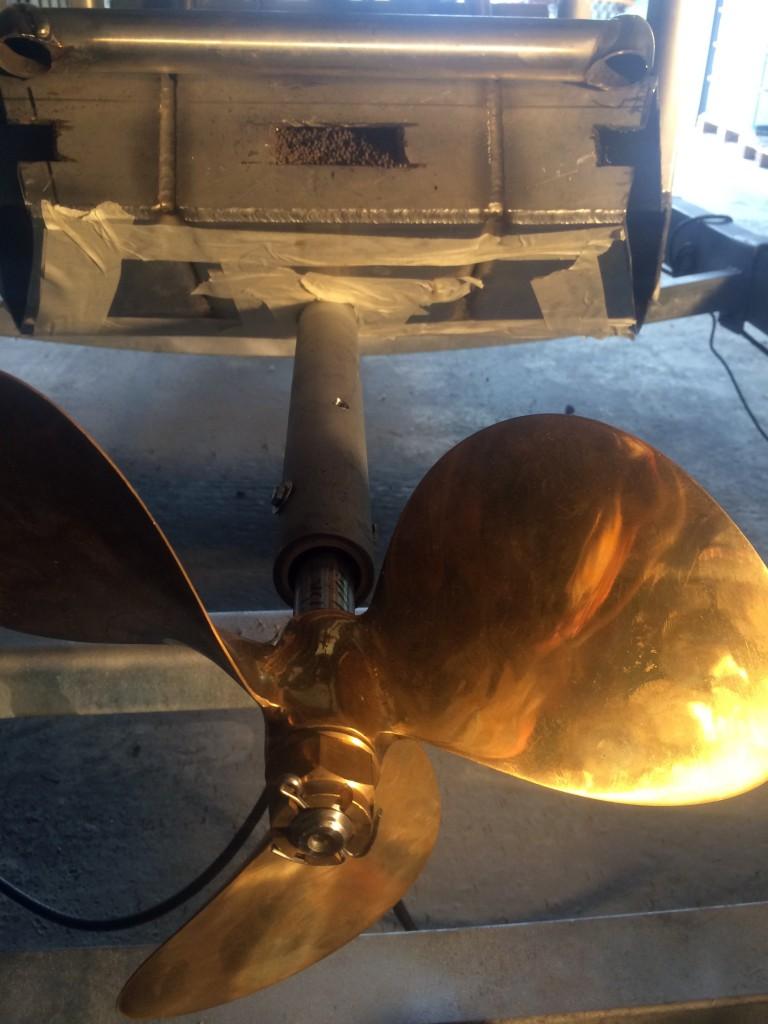 Le plomb est introduit dans le caisson inox.