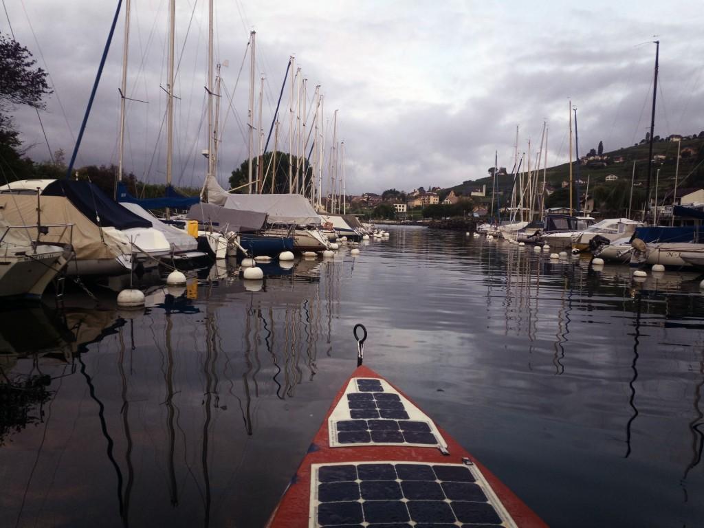 La galère continue, départ du Bouveret 8h, après avoir pris au plus près la côte on s'est retrouvés à l'embouchure du Rhône, l'eau est passée de 20° à 8 bonjour le choc thermique, heureusement ça n'a duré que quelques minutes. Pris un bout de bois dans l'hélice sans gravité. Plus tard pris trop près de la côte on s'est retrouvés sur du rocher tordant la protection de l'hélice et la bloquant, mea culpa un petit bateau à moteur nous a tiré juste à côté au port de la Tour de Peilz. La réparation faite on a filé direction le port de Moratel près de Cully, on a jamais pu l'atteindre, un vent de face s'est levé, voyant le ciel s'obscurcir zébré d'éclaires, je n'ai pas eu le choix les gardes côtes sont venus en pleine nuit avant qu'on finisse sur les cailloux, on était en vue du port. La nuit a été horrible, la couchette prenant l'eau et trempant tout, matelas, couette...
